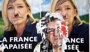 Zniszczony plakat Marine Le Pen - twarzy francuskich populistów ze Zjednoczenia Narodowego - podczas kampanii wyborczej w 2017 r.