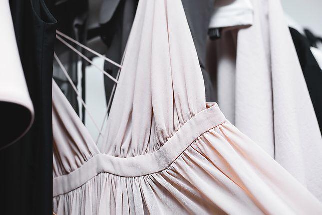 Sukienka pudrowa z odkrytymi plecami - idealna na randkę