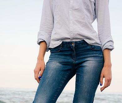 Szara koszulowa bluzka nie musi byc integralną częścią stroju biznesowego