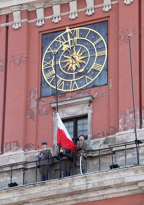 Polska flaga na Zamku Królewskim. W internecie wrze od komentarzy
