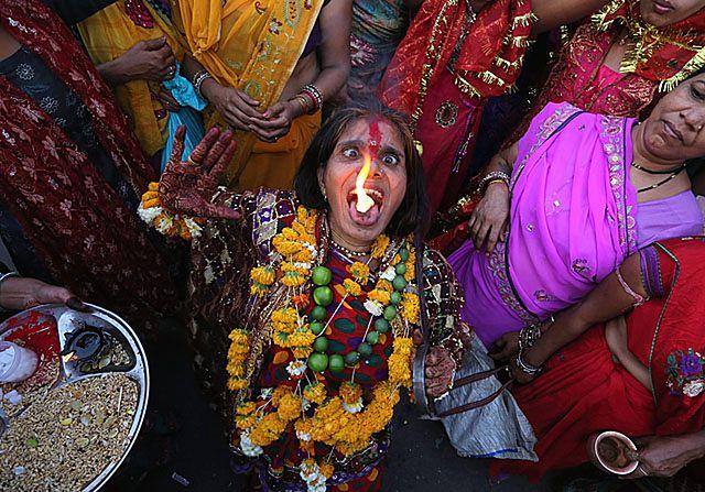 Kobieta z płonącą kamforą na języku - zdjęcia