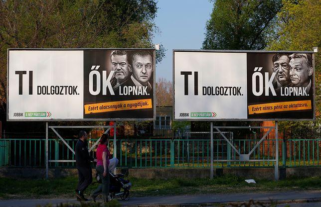 """""""Ty pracujesz. Oni kradną"""" - takie hasła zdobiły billboardy należące do Lajosa Simicski"""