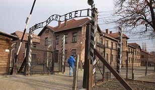 """Nad wejściem do obozu znajduje się niemiecki napis """"Praca czyni wolnym"""""""