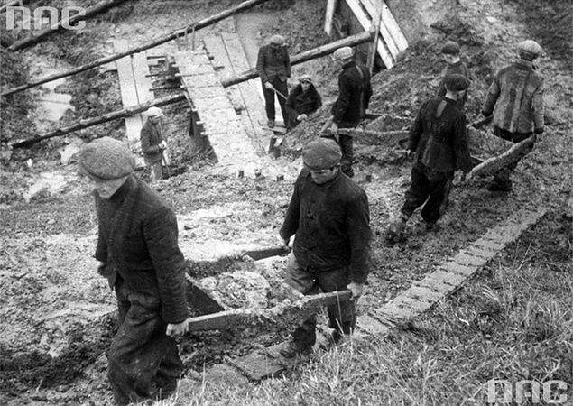 Polscy robotnicy przymusowi w III Rzeszy podczas robót ziemnych w pobliżu dworca kolejowego