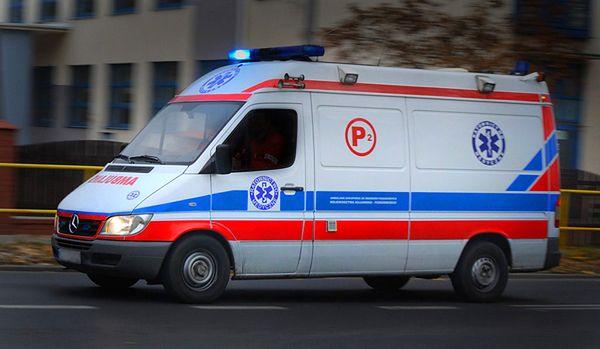 Wypadek z udziałem karetki w Warszawie. Są poszkodowani