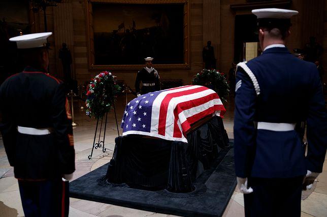 Bush, który w ostatnich latach cierpiał na chorobę Parkinsona, zmarł otoczony rodziną i gronem najbliższych przyjaciół