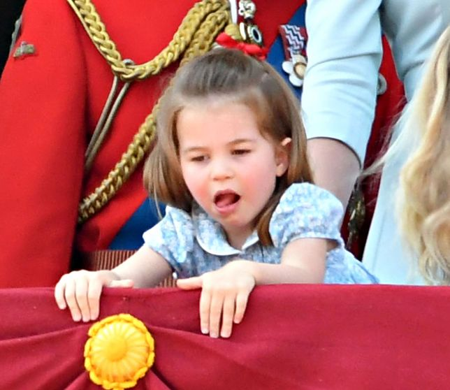 Mała Charlotte naśladowała królową Elżbietę. Nagranie bawi do łez