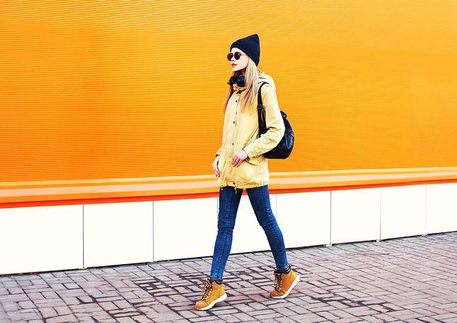 Co wybrać do zimowej kurtki - listonoszkę czy plecak?