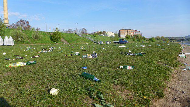 Mnóstwo śmieci nad Wartą już po pierwszym dniu długiego weekendu