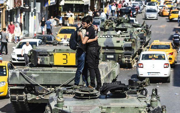 Premier Turcji: w wyniku próby puczu zginęło 208 osób, w tym 145 cywilów
