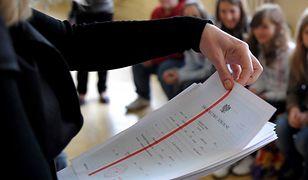 Koronawirus w Polsce i na świecie. MEN: Dyrekcja zdecyduje o rozdaniu świadectw (zdjęcie ilustracyjne)