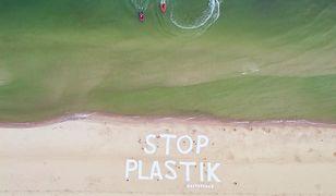 Greenpeace walczy z plastikiem. Sprząta plażę i dno morza w Kołobrzegu