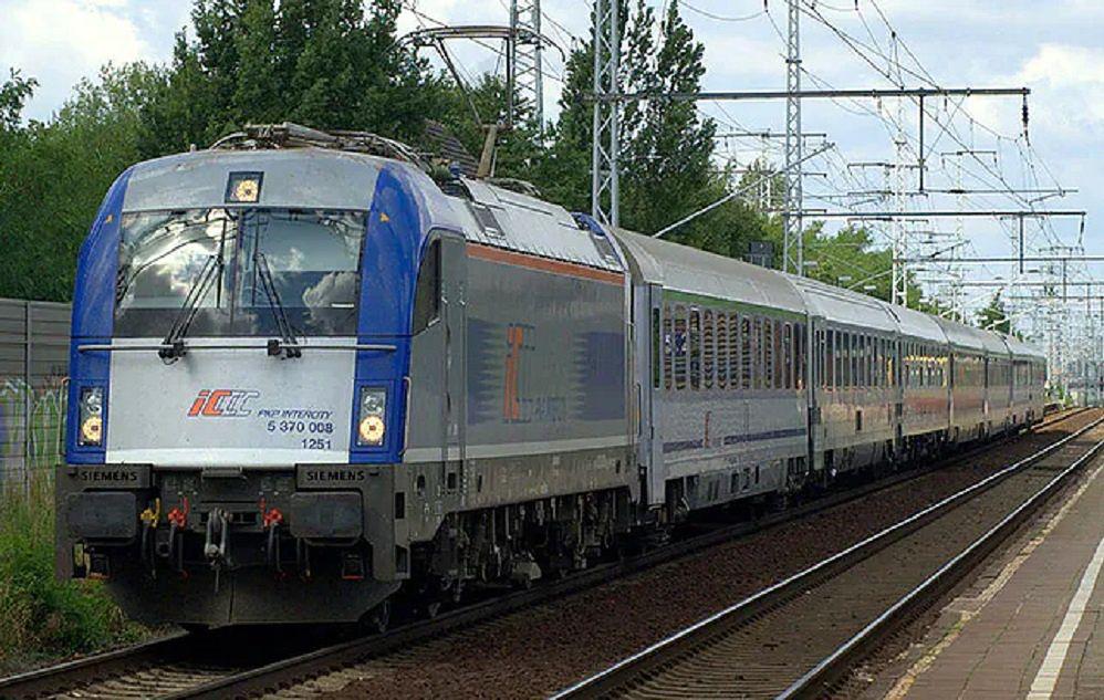 Warszawa-Poznań. Nie jest łatwo pokonać tę trasę pociągami PKP. Pasażerowie obawiają się, że spółka chce ich przesadzić do samochodów
