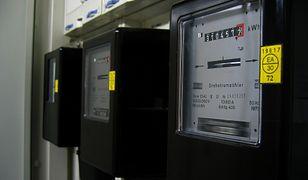 Jak płacić niższe rachunki za prąd? Licznik na kartę może być sposobem, ale nie wszyscy mogą z niego skorzystać.