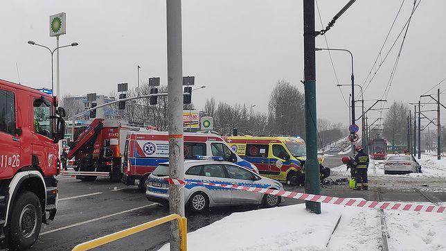 Bytom. Dwie osoby ucierpiały w zderzeniu karetki pogotowia i samochodu osobowego.