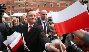 Trwają obchody Dnia Flagi. Prezydent złożył wieniec pod pomnikiem marszałka Piłsudskiego