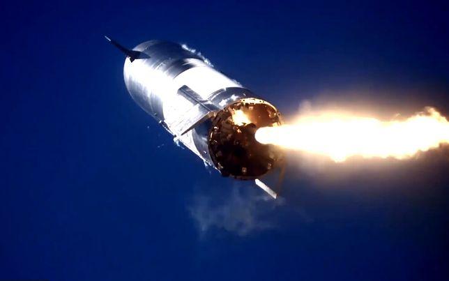 Starship SN9 na chwilę przed uderzeniem o ziemię