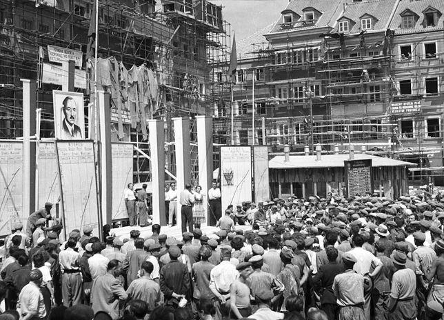 Warszawa. Rok 1953, chwilę przed zdjęciem rusztowań wokół odbudowanych kamienic Starówki. 22 lipca, również wokół portretu Bieruta, staną zaproszeni na uroczystość otwarcia zrekonstruowanego Rynku budowniczowie i mieszkańcy stolicy