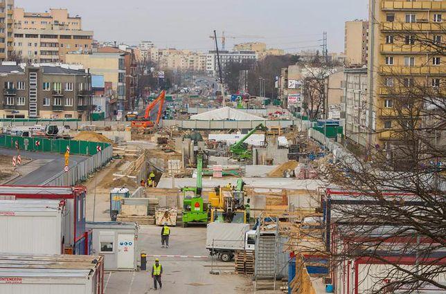 Warszawa. Ten rozgardiasz, jaki panował na Bemowie w związku z budową drugiej linii metra, powoli zaczyna się porządkować. Od czwartku wrócą na jezdnię pojazdy