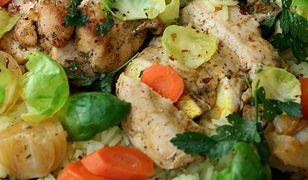 Pieczone filety z kurczaka z warzywami i z żółtym ryżem