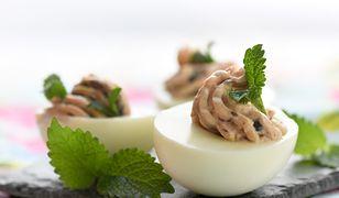 Świąteczne jajka faszerowane pasztetową i pieczarkami