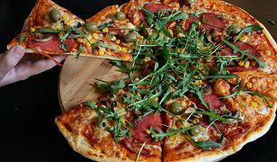 Rodzinna pizza z salami i domowym sosem