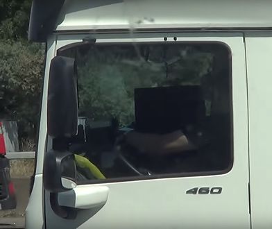 Kierowca oglądający film w trakcie jazdy.