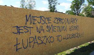 """Napisy, które pojawiły się na płocie przy ul. Szendzielarza """"Łupaszki"""" w Białymstoku"""
