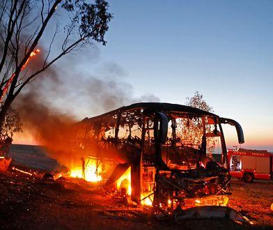 Płonący autobus izraelski trafiony rakietą na granicy ze Strefą Gazy