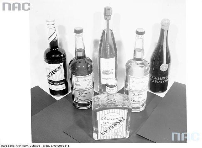 Stół z różnymi alkoholami - zdjęcie z 1938 roku
