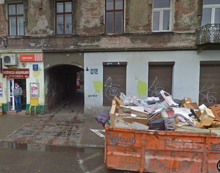 Warszawa. Nadal na Pradze są takie kamienice-widma. W jednej z nich, na Brzeskiej, mieszka czekająca na eksmisję kobieta z niepełnosprawnym synem (Google Maps)