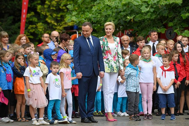 Andrzej Duda śpiewa piosenkę o numerze 112. Pomogła mu Agata, ale oboje nie znali słów