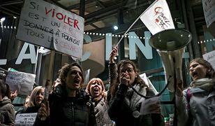 """Protestujące kobiety wykrzykiwały hasła m.in. """"gwałciciel"""" i """"zbrodniarz"""""""