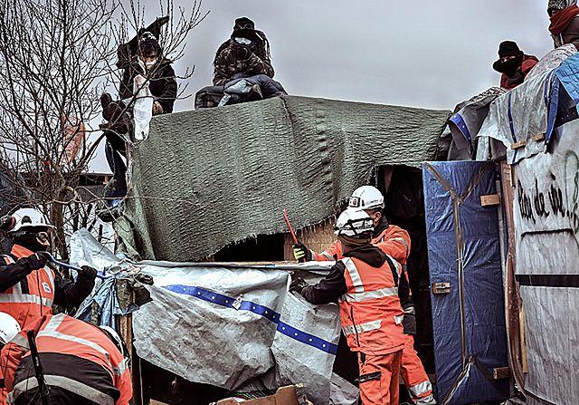 """Policja i buldożery. Likwidują """"dżunglę"""" pod Calais - zdjęcia"""
