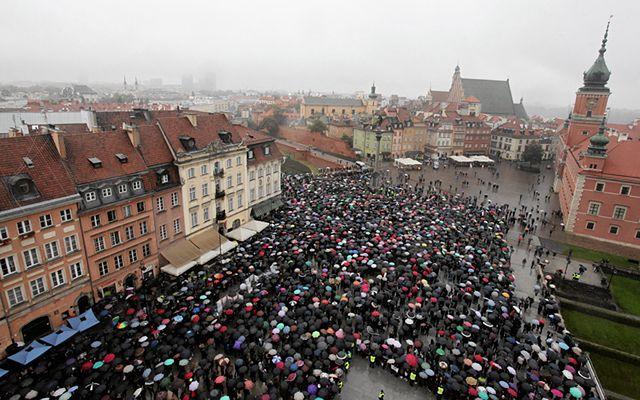 """""""Czarny protest"""" na Placu Zamkowym w Warszawie"""