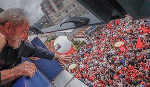 Lula da Silva macha do swoich sympatyków przed budynkiem, w którym się schronił