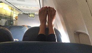 Nowy problem na pokładach wszystkich linii lotniczych. Pasażerów atakują… nagie stopy!