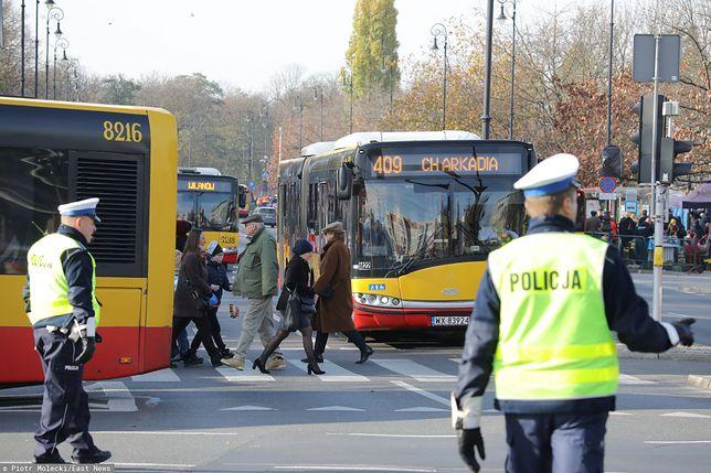 Warszawa, 01.11.2019. Policja w okolicach Starych Powązek, w dzień Wszystkich Świętych