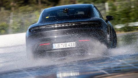 """Porsche Taycan driftem """"wjeżdża"""" do Księgi Rekordów Guinnessa"""