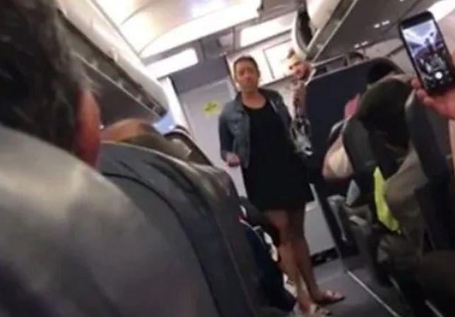 Pozostali pasażerowie wiwatowali i bili brawo, kiedy kobieta w końcu wysiadła z samolotu