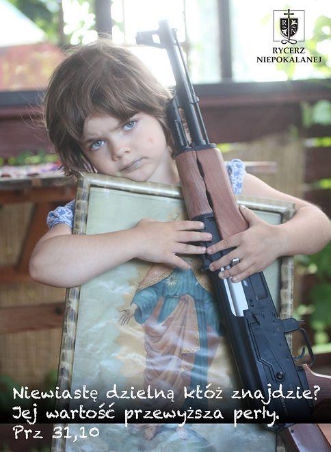 Zdjęcie dziewczynki z bronią i obrazem Jezusa. Autorka zabiera głos