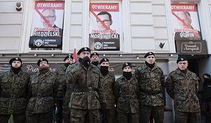 Antyszczepionkowcy nałożyli mundury Wojska Polskiego. Ludzie zdziwieni