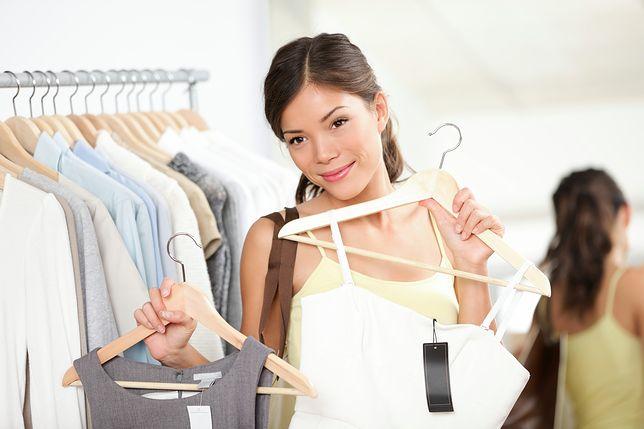 Sukienka na ramiączkach sprawdzi się nie tylko w czasie upałów