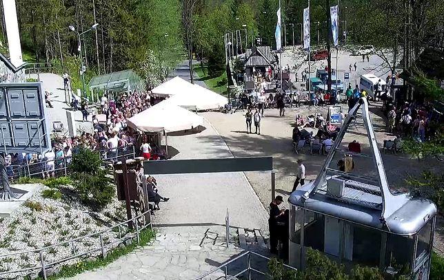 Turyści stoją w kolejce od wczesnego ranka