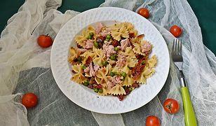 Makaron z tuńczykiem, suszonymi pomidorami i zielonym groszkiem