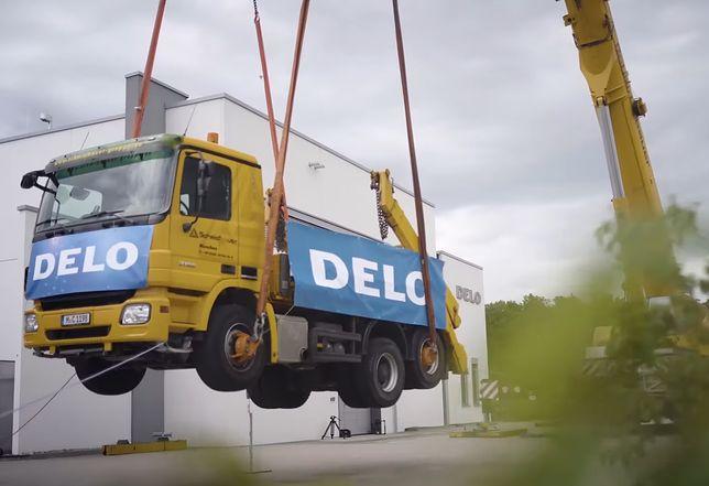 Super-klej Delo uniósł 17,5 tonową ciężarówkę metr nad ziemię pobijając rekord Guinnessa