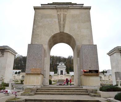 Odłamana została część płyty zasłaniająca posąg lwów na Cmentarzu Orląt