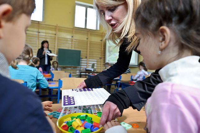 szkołą, uczniowie, dzieci, nauczycielka