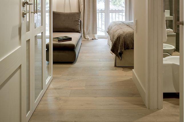 Drewniana podłoga: deski, parkiet czy panele drewniane? Jakie gatunki drewna na podłogę?