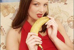Ona pragnie mieć banana w swojej buzi